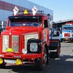Jocke i Tjällmos Scania 75.a - 61 väntar på Mari för en presentation av bilen